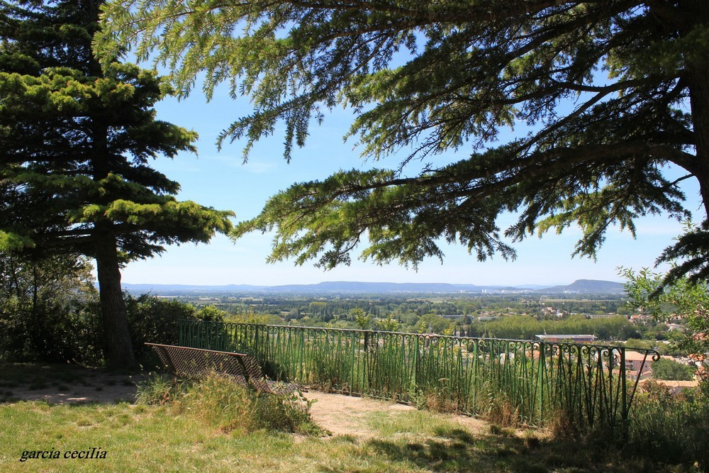 Avant votre séjour en Provence découvrez Orange en photo. La Colline