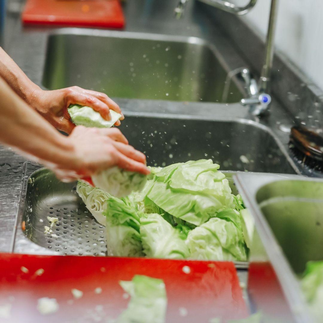 légumes en train d'être lavés