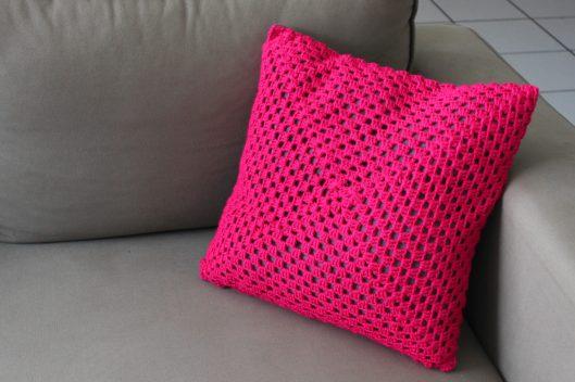 Coussin rose fluo granny crochet - les lubies de Louise (1 sur 6)