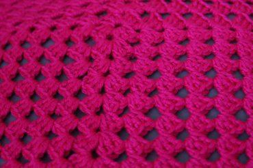 Coussin rose fluo granny crochet - les lubies de Louise (5 sur 6)