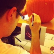 Mon chéri s'applique à faire la citrouille d'Halloween