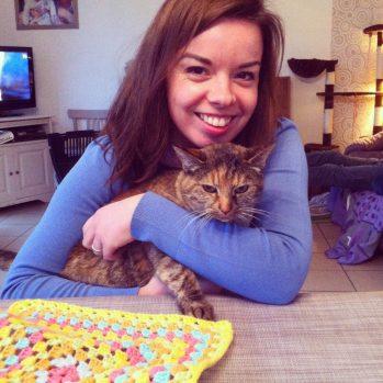 Câlin avec le petit chat de mon enfance