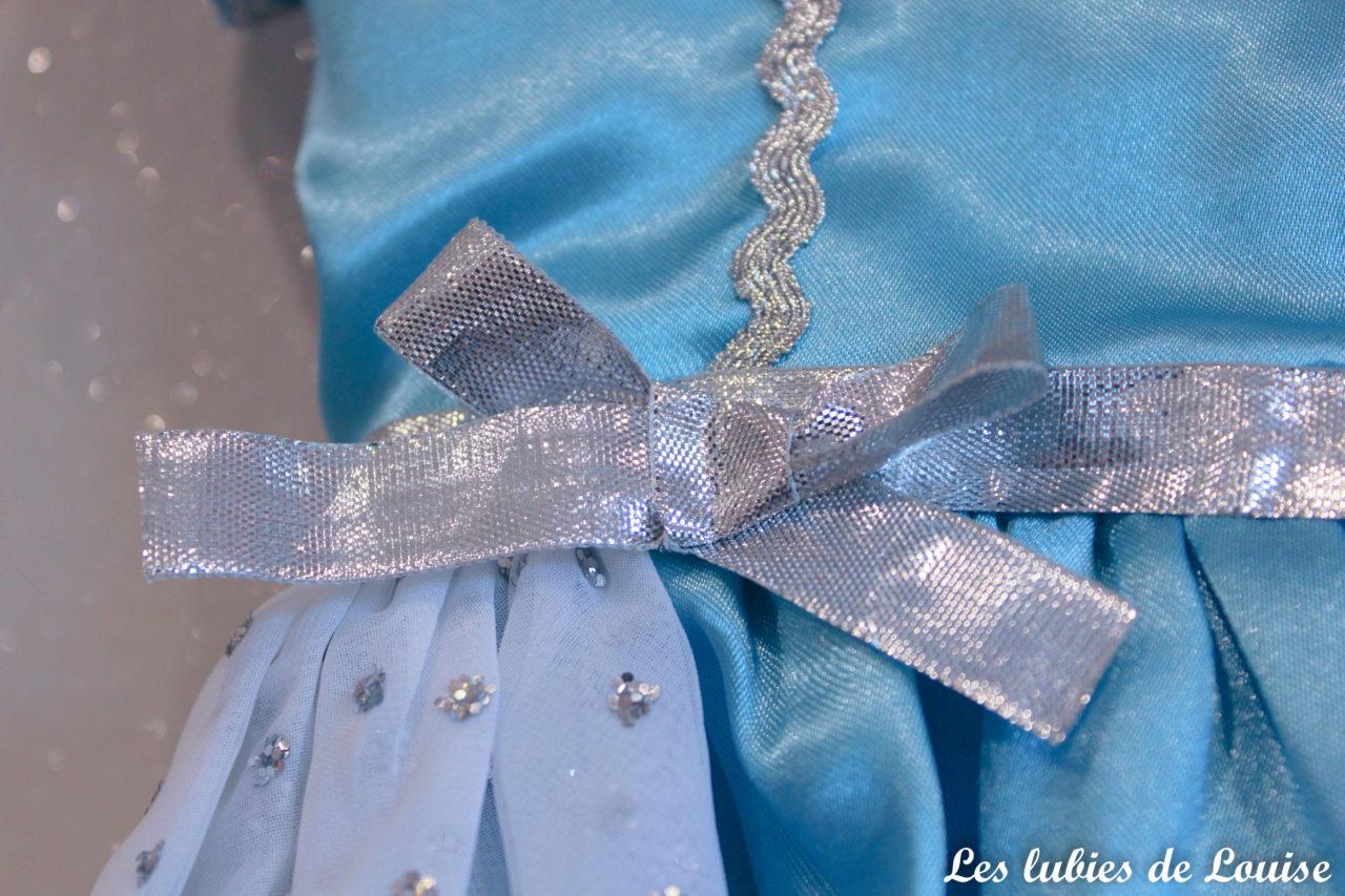 89cb50968a29a J ai choisi de réaliser cette robe en bleu. Beaucoup ont pensé à la robe de  la reine des neiges (que j ai déjà cousu en version adulte d ailleurs !)