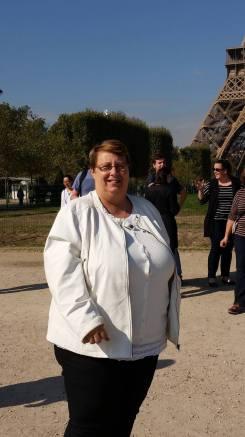 Ma binôme pose au pied de la Tour Eiffel