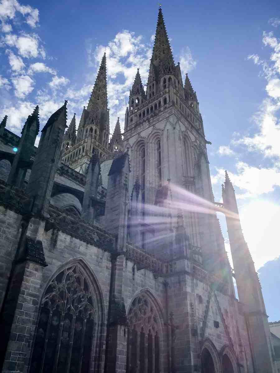 Vue ensoleillée de la cathédrale de quimper
