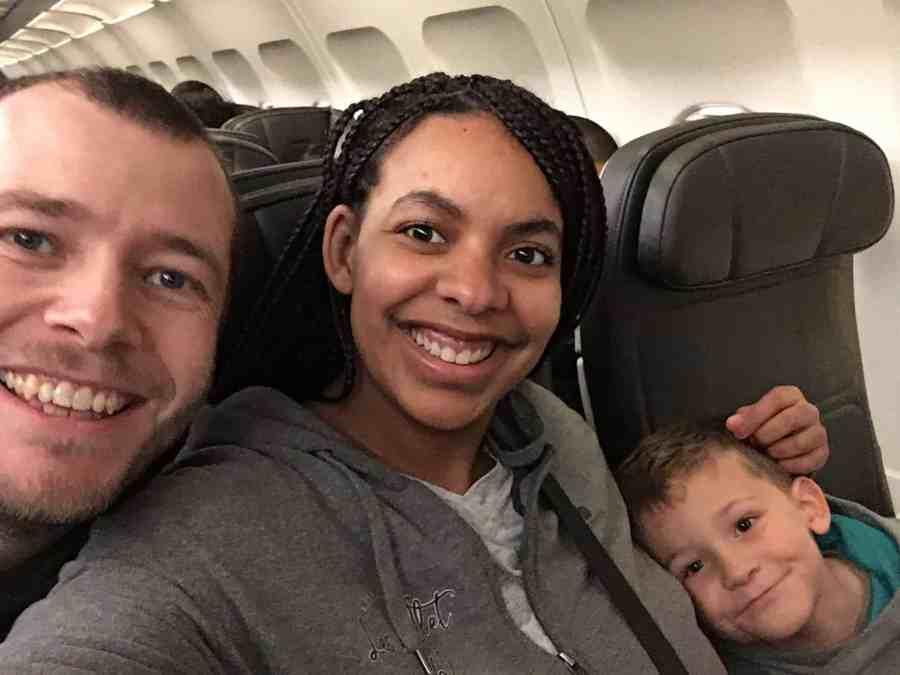 Photo de famille dans l'avion avant le départ