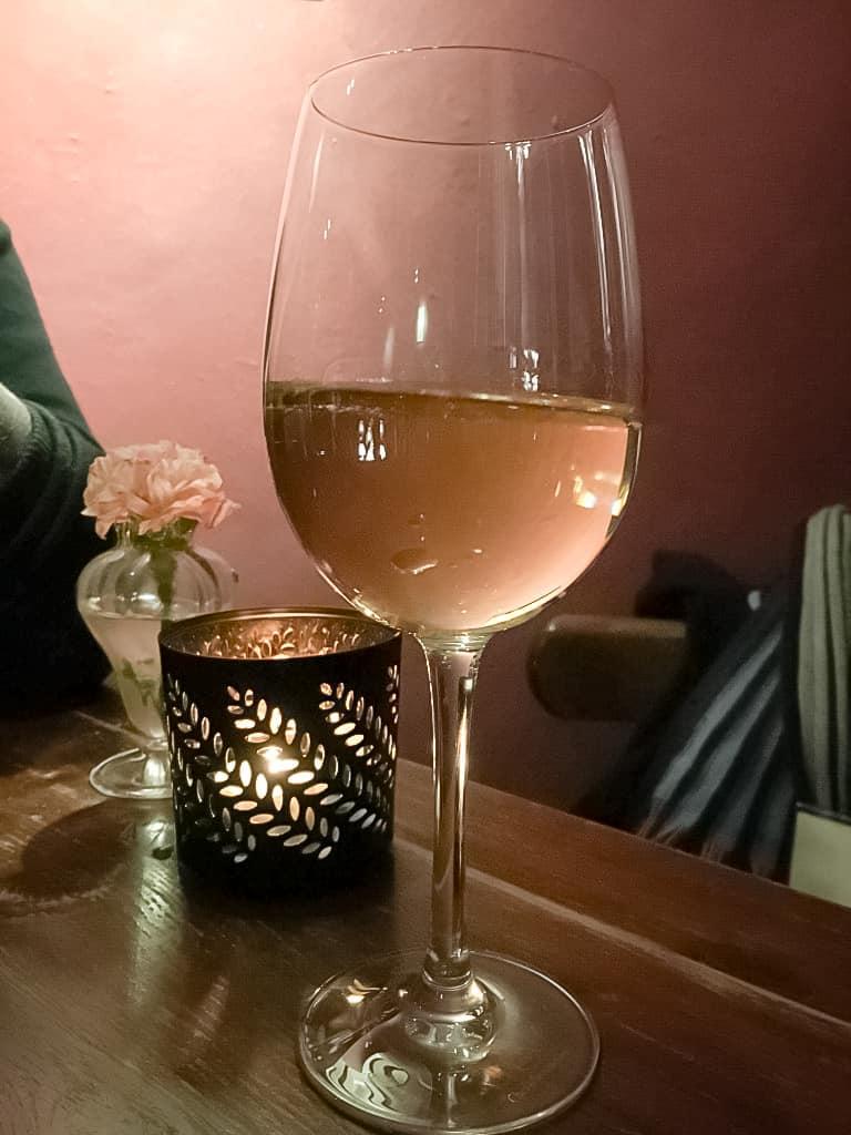 verre-vin-blanc-restaurant-bar