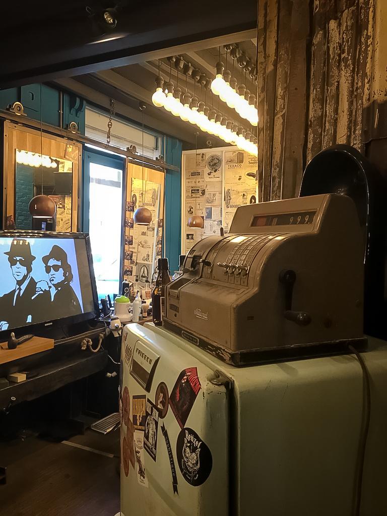 décoration-vintage-industrielle-lumière-brique-porte-gerdan-lens-barbershop-caisse