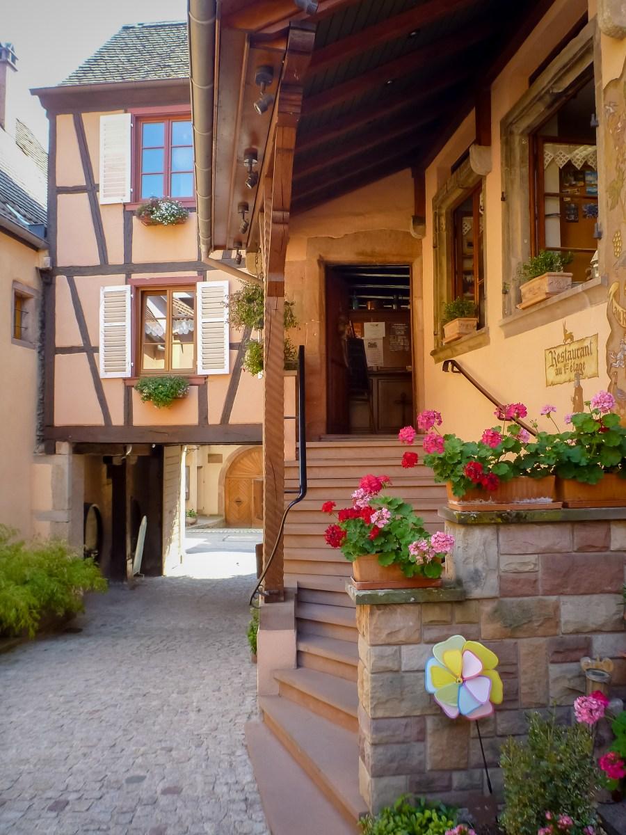 route des vins-alsace-france-mittelbergheim-rue-village-restaurant-winstub
