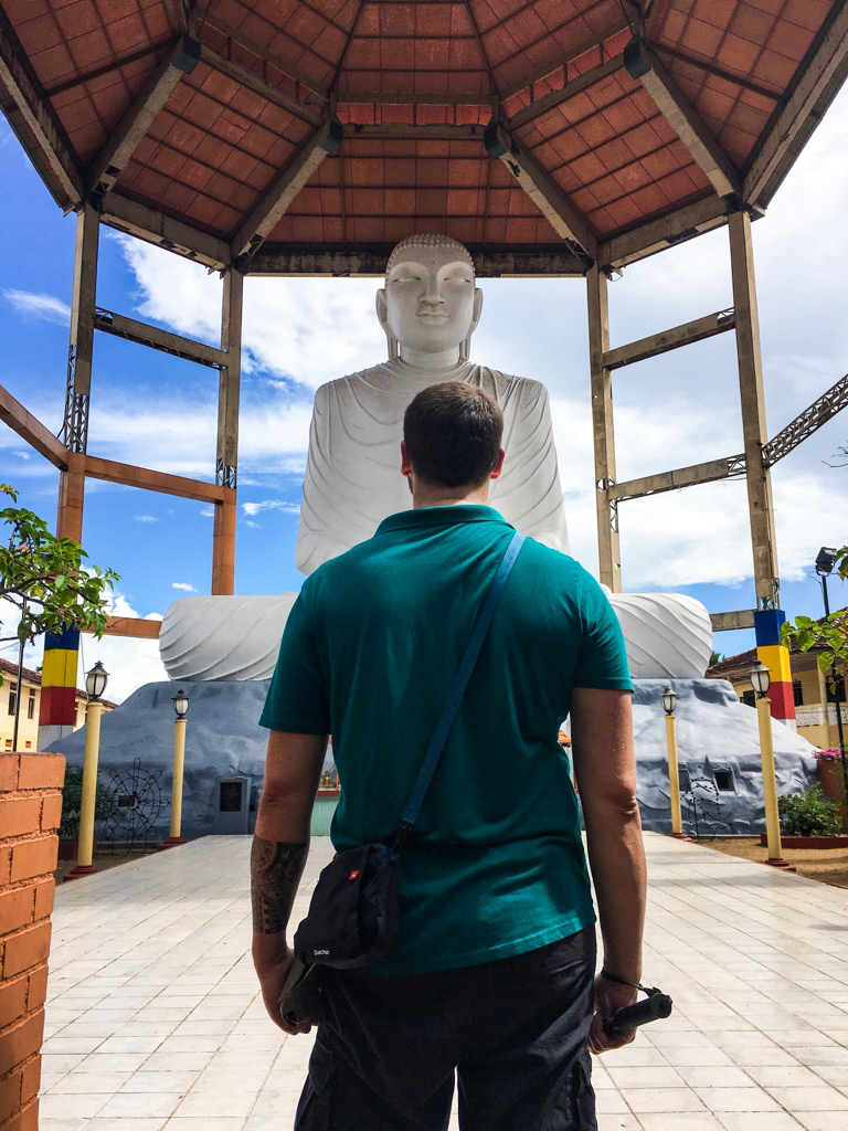 Jeff devant un immense bouddha à Anuradhapura
