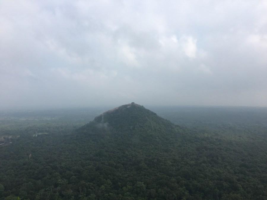 La brume au sommet du rocher du lion à Sigiriya