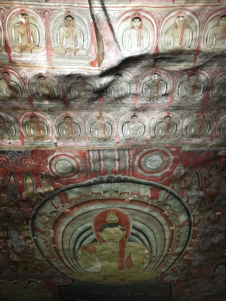 Plafond orné de fresques dans les grottes de Dambulla