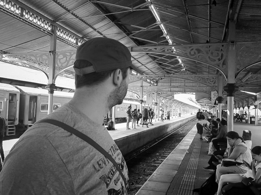 Jeff en gare attendant notre train pour Ella