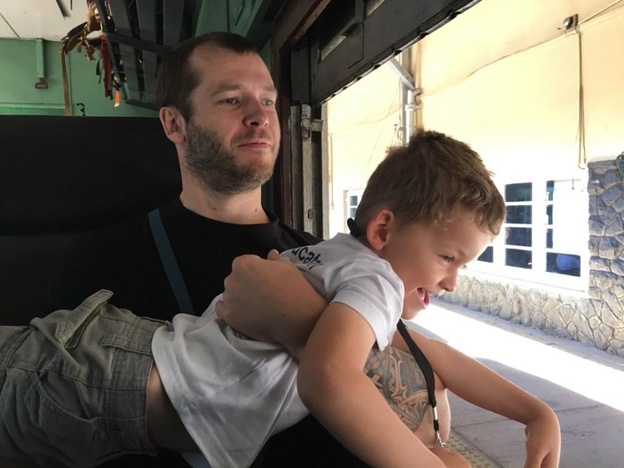 Axel et Jeff dans le train au Sri Lanka