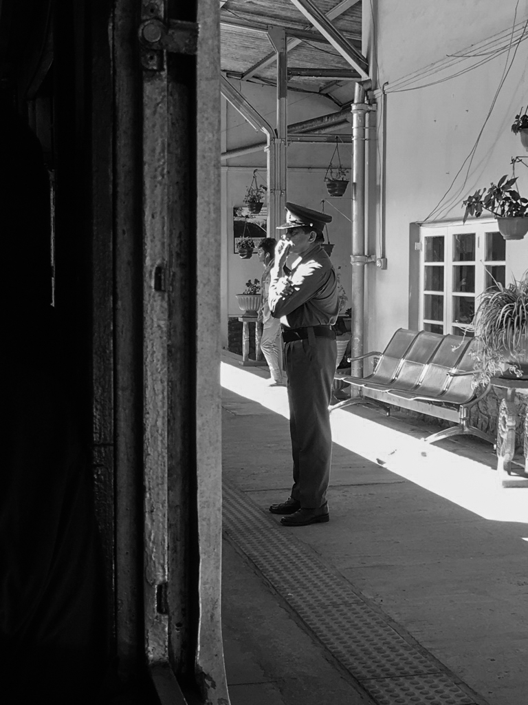 Sur le quai de la gare au Sri Lanka