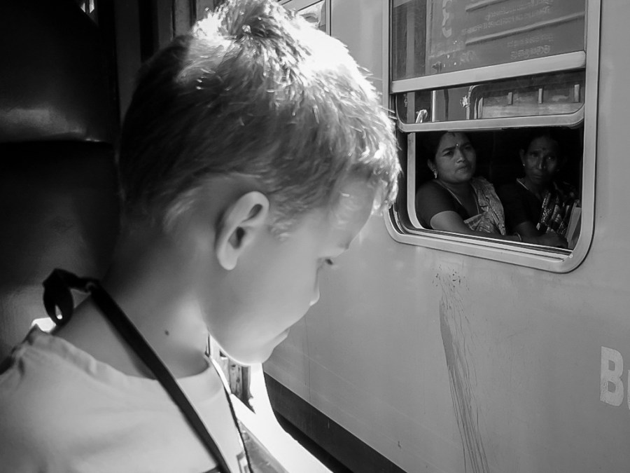 Axel observe les trains en gare au Sri Lanka