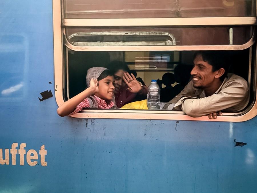 Les sourires des gens pendant leur voyage en train