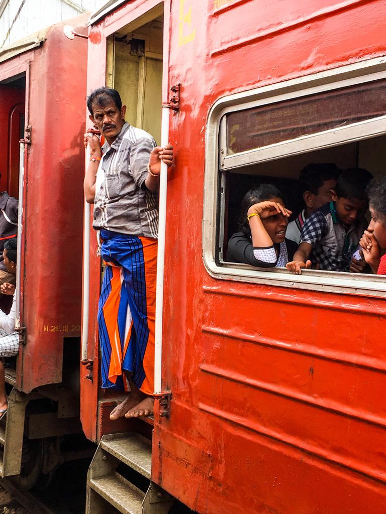 Croiser d'autres trains en gare au Sri Lanka