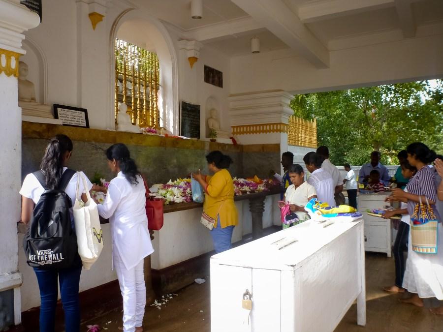 Offrandes sur le site d'Anuradhapura au Sri Lanka
