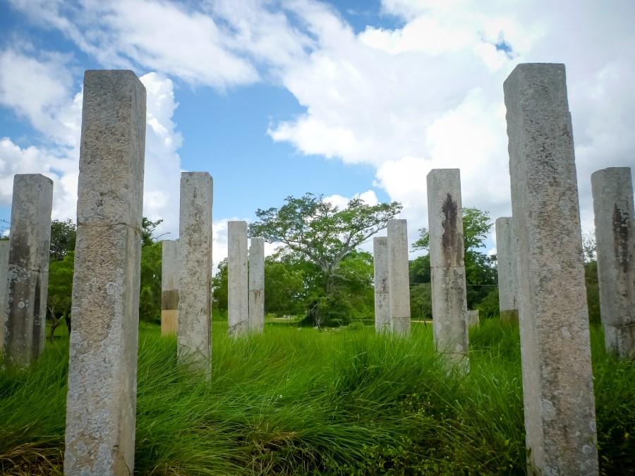 Les colonnes en ruines de Thuparama au Sri Lanka