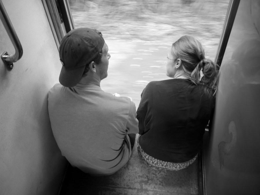 Les touristes à la porte du train pour Ella