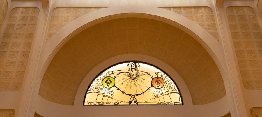 Danseuse sur vitrail à la salle Sthrau de Maubeuge