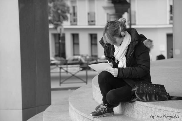 Jeune fille dans la rue à Paris