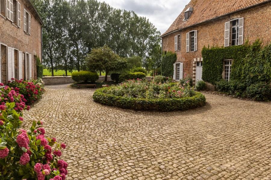 Jardin de la cour du château d'Olhain