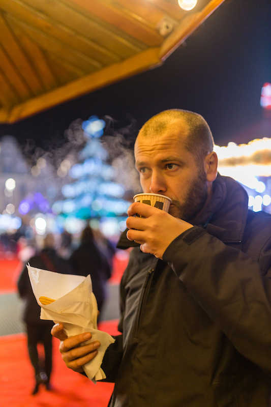 Boire un vin chaud au marché de Noël