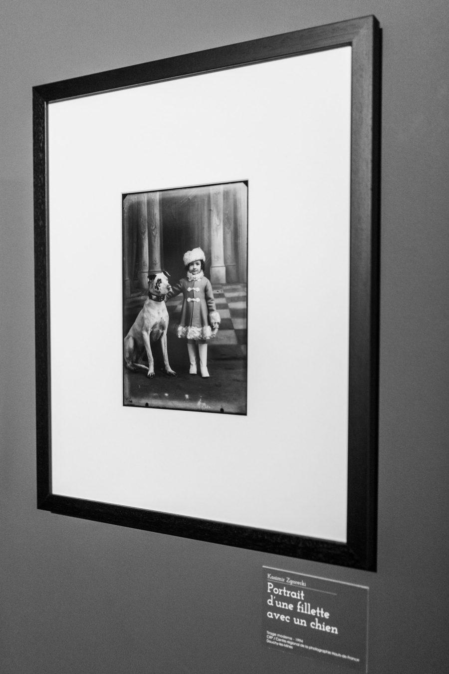 Photographie en noir et blanc d'une petite fille