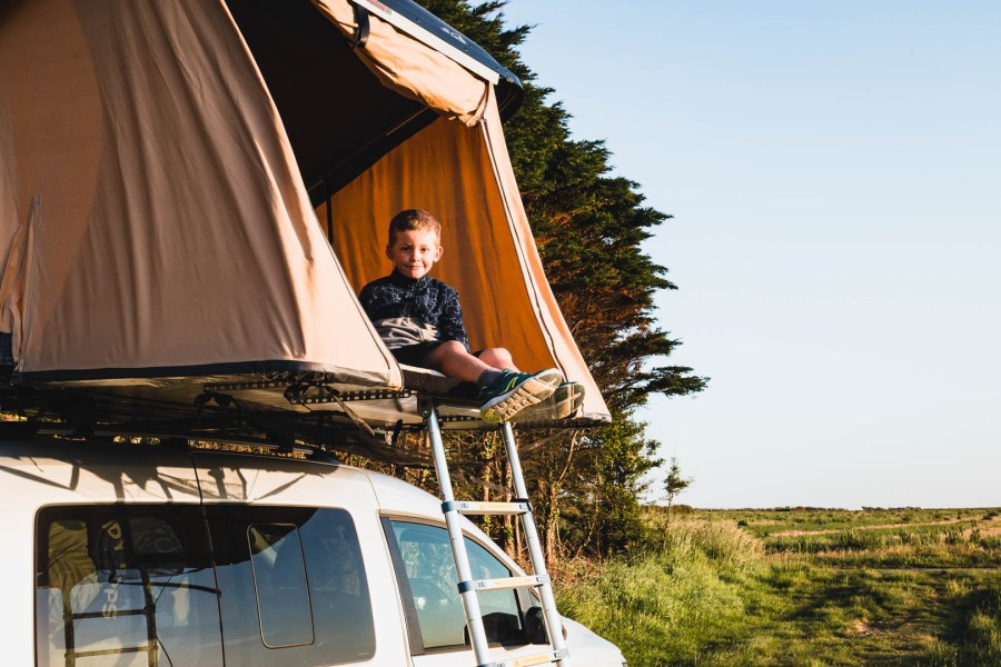 Axel dans la tente de toit