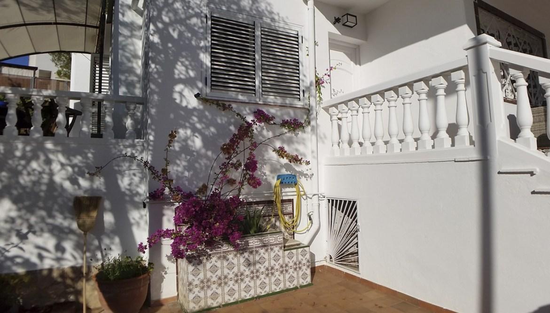 Les Moreres de Sitges. Jardinera y buganvilla.