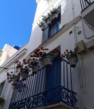Azul, blanco y flores en Sitges