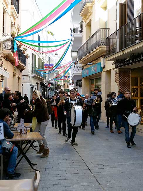 Rua callejera con músicos.