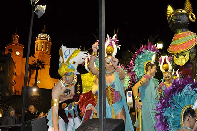 Disfraces egipcios exuberantes de dorados y plumas.