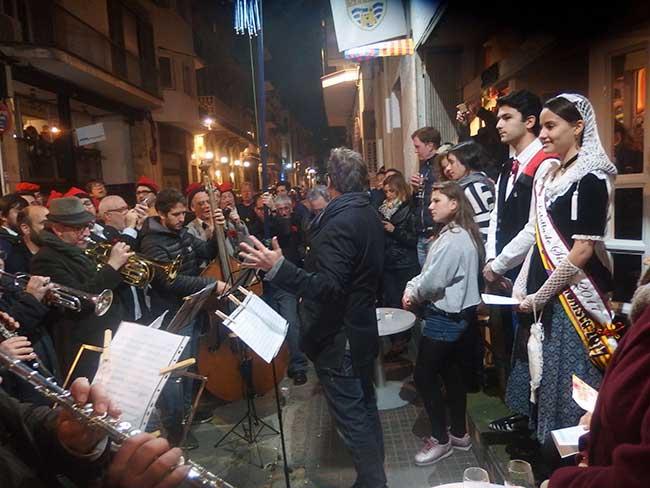 Grupos de músicos y cantantes tradicionales en las Caramellas de Sitges.
