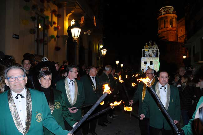 Procesión burlesca con cirios encendidos en el entierro del rey Carnestoltes.