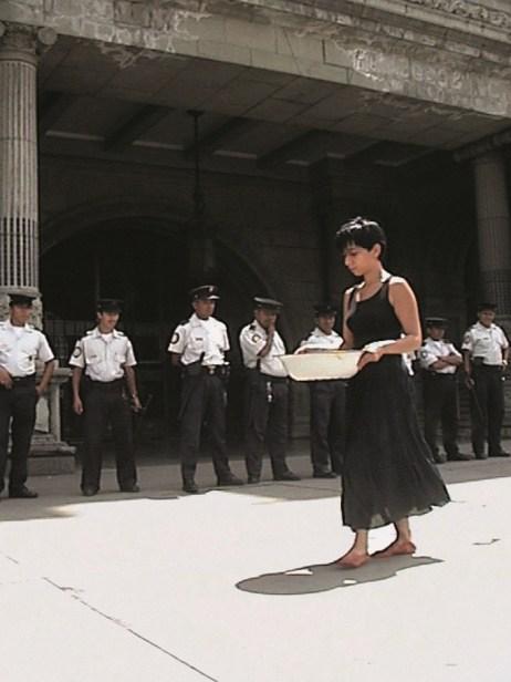 Regina José Galindo, Quien puede borrar las huellas (2003)
