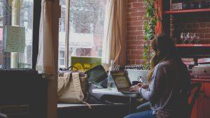 Une digital nomad travaille dans un café