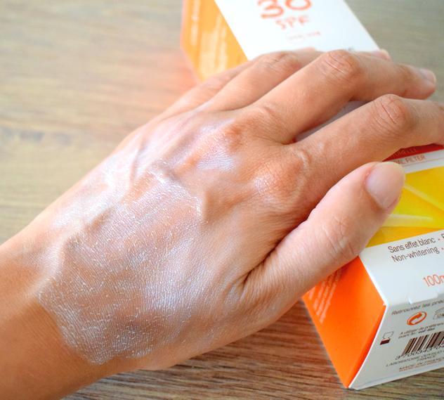 Texture du Spray solaire biologique SPF 30 Acorelle