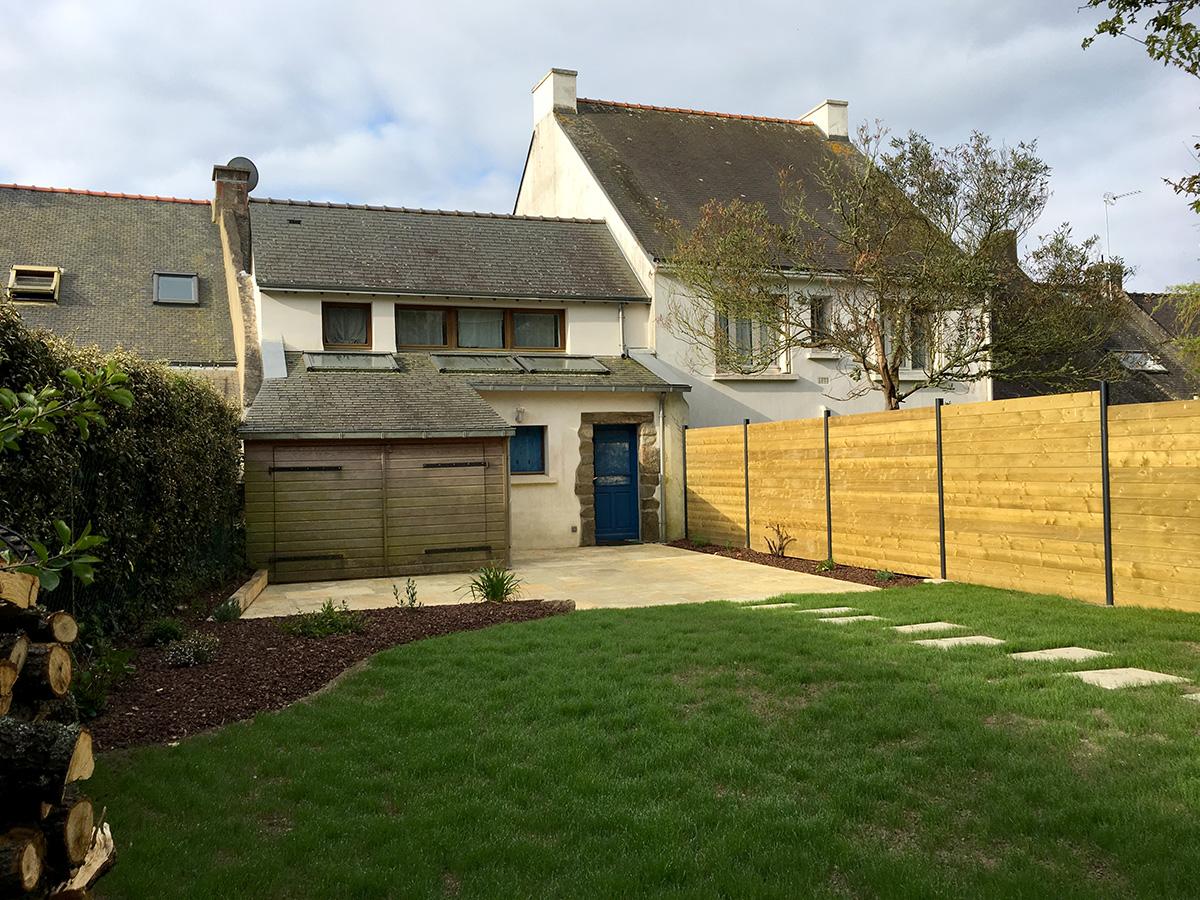 Photo après intervention de Le Sommer Jardin pour un aménagement d'une terrasse avec massif et gazon