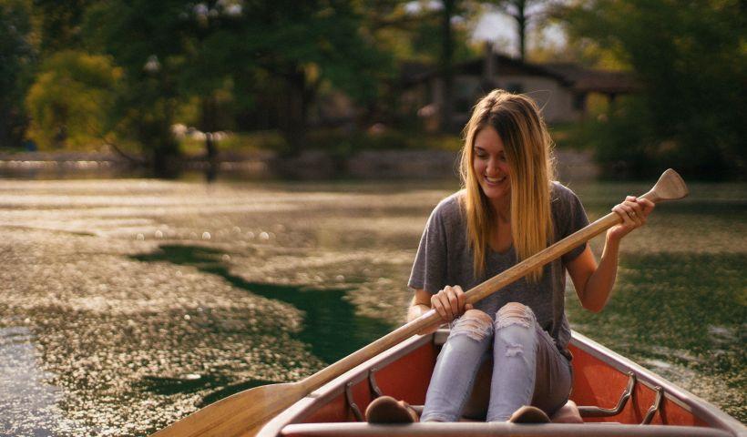 Woman in a canoe (MEA 4-3) (c) Jordan Bauer [Unsplash.com]