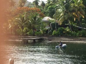 Transfert du cata à la plage en annexe sur un mouillage tahitien