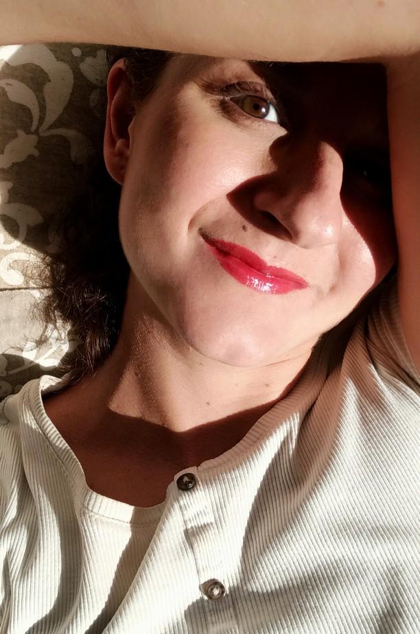 femme visage ombre lumière peau éclat lumineuse