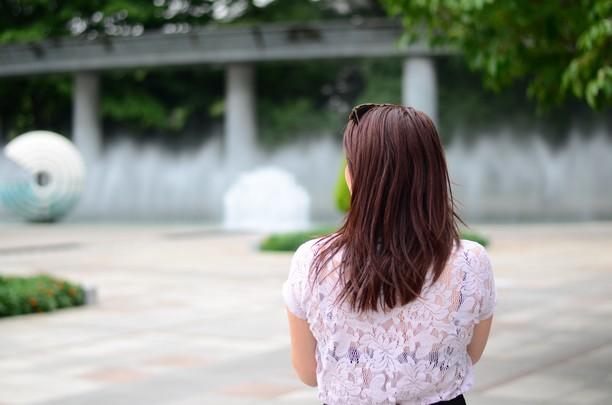 femme de dos, cheveux longs raides roux auburn