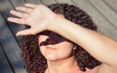 Acné et soleil : comment éviter l'effet rebond après l'été ?
