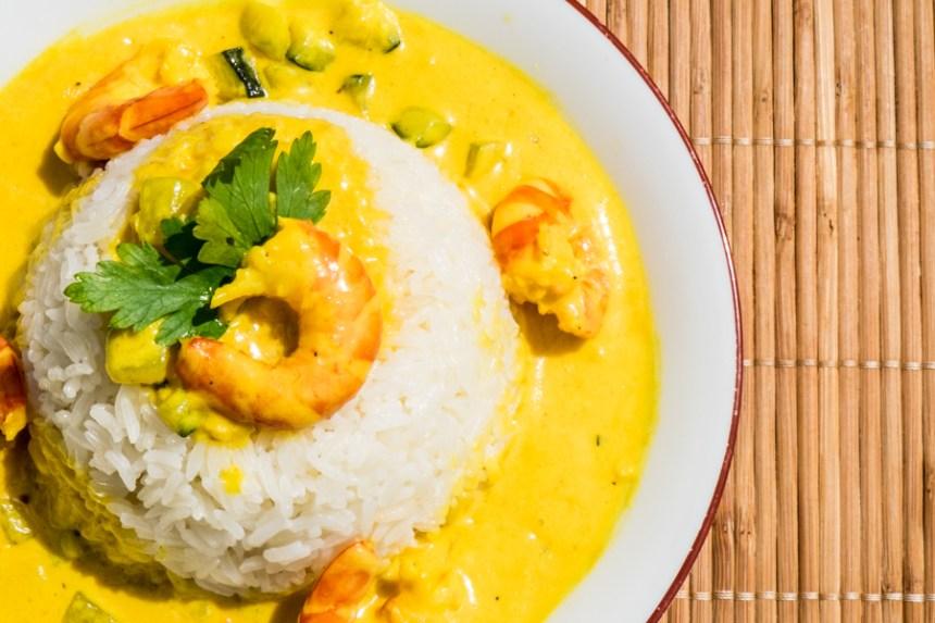 Riz sauce curry et ses crevettes flambées