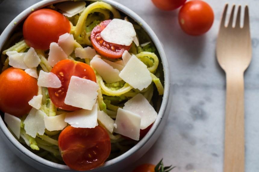 spaghetti pesto avocat et tomates cerises