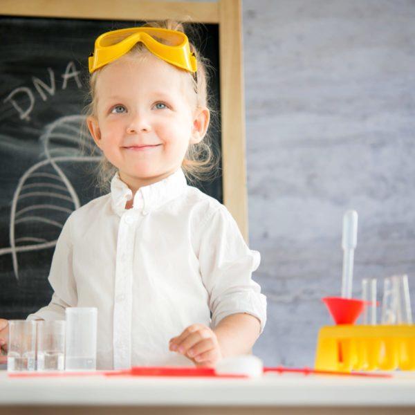 une jeune enfant réalise des expériences de chimie