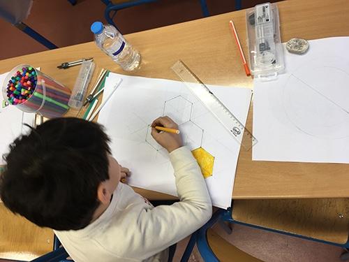 Les enfants apprennent que les alvéoles d'abeilles ont une forme géométrique parfaite